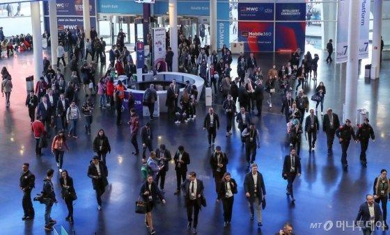 세계 최대 모바일 박람회 'MWC19' 개막일인 25일(현지시간) 스페인 바르셀로나 피아그란비아 전시관에서 기업 관계자와 관람객들로 붐비고 있다./사진=공동취재단