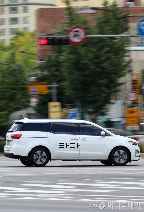 승합차 호출서비스 타다의 '불법 논란'이 불거지는 가운데 8일 오후 '타다' 서비스 차량이 서울시내를 달리고 있다. / 사진=임성균 기자 tjdrbs23@