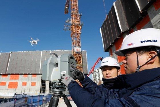 김포에서 건설중인 e편한세상 김포 로얄하임 현장에서 대림산업 직원들이 3D 스캐너와 드론을 활용해 BIM 설계에 필요한 측량자료를 촬영하고 있다./사진= 대림산업