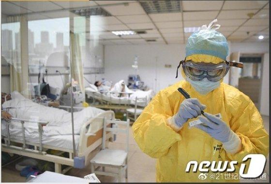 코로나19 검사하는 중국 의료진(출처=웨이보 갈무리)© 뉴스1