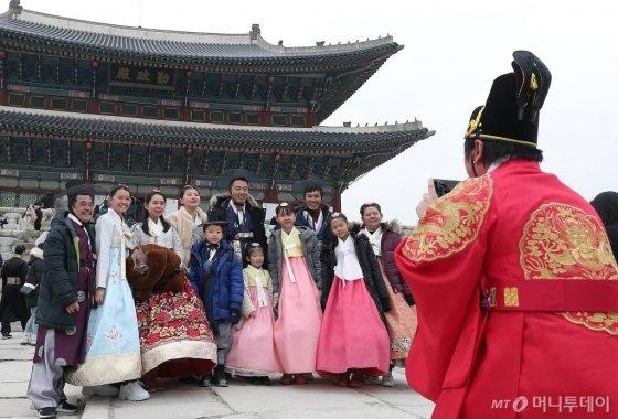 1월 1일 오후 서울 종로구 경복궁을 찾은 관람객들이 즐거운 시간을 보내고 있다. /사진=김창현 기자 chmt@