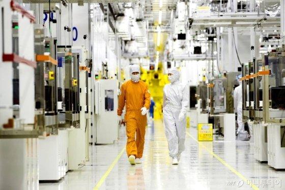 삼성전자 클린룸 반도체 생산현장. /사진=삼성
