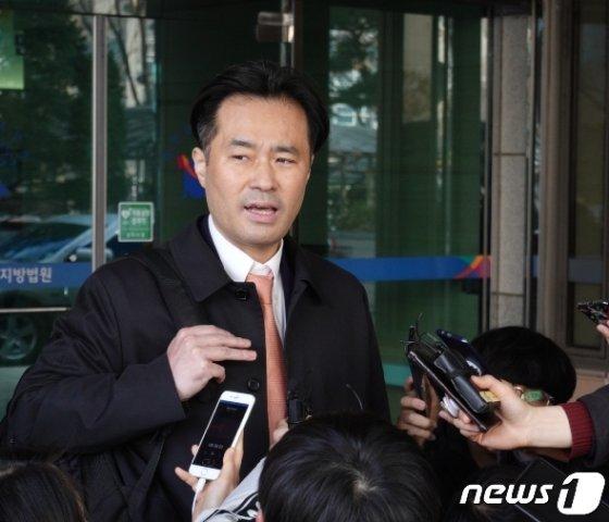 [사진] '손석희에 공갈미수 혐의' 김웅 재판 출석