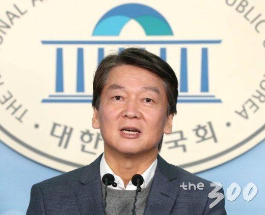 안철수 국민당(가칭) 창당준비위원장이 13일 오전 서울 여의도 국회 정론관에서 공정과 정의를 바로 세우기 위한 혁신 방안을 발표하고 있다.