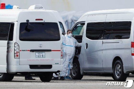 의료용 방호복을 착용한 일본 구급요원과 구급차 <자료사진> © 로이터=뉴스1