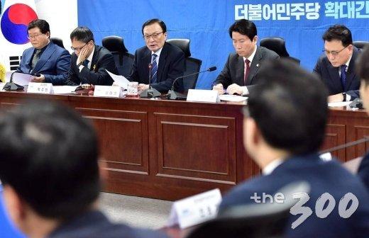 더불어민주당 이해찬 대표가 14일 오전 서울 여의도 국회 의원회관에서 열린 당 확대간부회의에서 발언하고 있다.