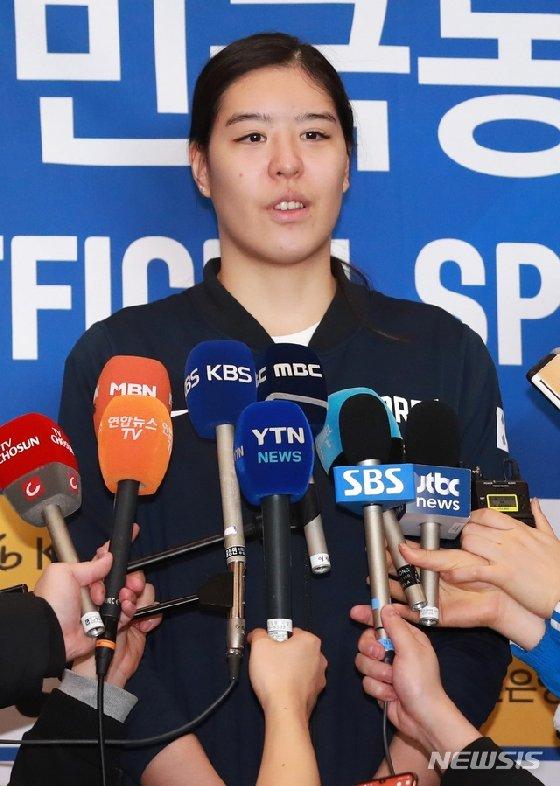 지난 11일 귀국 후 인터뷰하는 박지수.  /사진=뉴시스