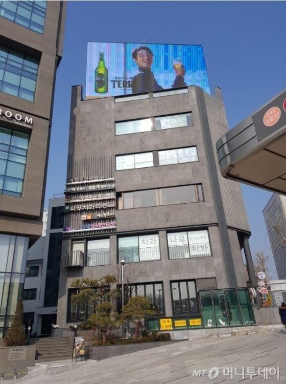 서장훈이 2000년부터 보유 중인 서초동 빌딩 전경. 현재도 10개가 넘는 공공, 상업광고가 실시간으로 송출되고 있다. /사진=유엄식 기자