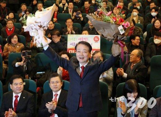 한선교 의원이 5일 오후 서울 여의도 국회도서관에서 열린 미래한국당 중앙당 창당대회에서 당 대표로 선출된 뒤 꽃다발을 들고 있다.
