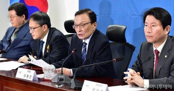 더불어민주당 이해찬 대표가 14일 오전 서울 여의도 국회 의원회관에서 열린 당 확대간부회의에서 발언하고 있다. / 사진=홍봉진 기자 honggga@