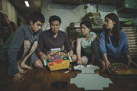 영화 기생충 속 주인공인 기택네 가족들의 모습./사진=네이버 영화
