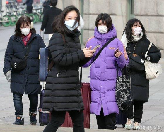 신종 코로나바이러스 감염증 일명 우한 폐렴이 확산되고 있는 지난 2일 오전 서울광장 주변에서 관광객들이 마스크를 쓴 채 이동하고 있다. / 사진=김창현 기자 chmt@