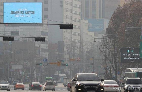 성탄절인 25일 오전 중구 서울 중구 일대에서 바라본 도심이 초미세먼지로 뿌옇게 보이고 있다. / 사진=이기범 기자 leekb@