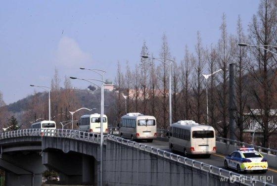 ;중국 우한 거주 한국 교민 수송에 투입된 전세기가 도착한 31일 서울 강서구 김포국제공항에서 버스에 탑승한 교민들이 격리 시설로 이동하고 있다. /사진=이기범 기자 leekb@