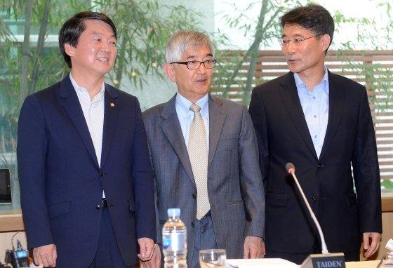 2013년 5월 22일 당시 안철수 무소속 의원(사진 제일 왼쪽)이 서울 마포구 서교동 창비 서교빌딩에서 싱크탱크 성격의 정책네트워크 '내일' 창립 계획을 발표하고 있다. 이 자리에는 '내일'의 이사장을 맡은 최장집 명예교수(왼쪽 두번째)와 소장을 맡은 장하성 전 청와대 정책실장(왼쪽 세번째)이 참석했다.