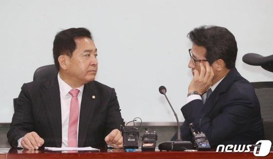 심재철 자유한국당 원내대표와 정병국 새로운보수당 의원이 14일 오후 서울 여의도 국회 의원회관에서 열린 미래통합당 수임기관 첫 회의에서 이야기를 나누고 있다. / 사진제공=뉴스1