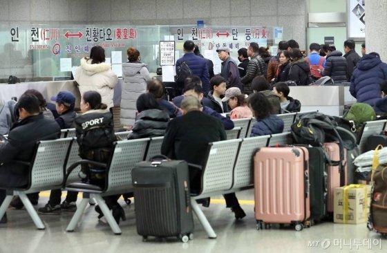 [인천=뉴시스] 이종철 기자 = 중국 춘절(설)을 앞둔 22일 오후 인천시 중구 인천항 제1국제여객터미널에는 중국으로 출국하는 사람들로 붐비고 있다. 2020.01.22.  jc4321@newsis.com