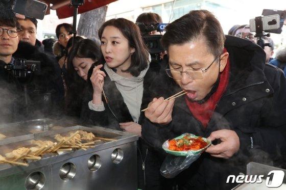 황교안 자유한국당 대표가 지난 9일 오후 서울 종로구의 한 분식집을 찾아 떡볶이를 먹고 있다. /사진=뉴스1.