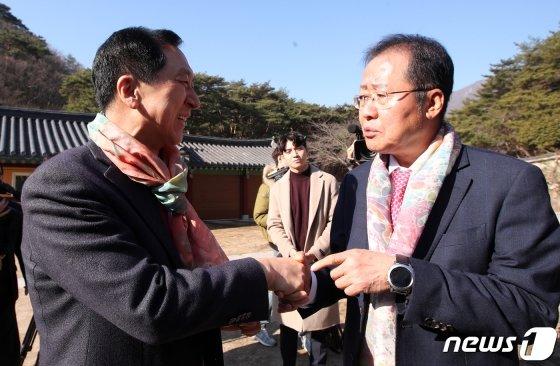 홍준표 전 자유한국당 대표와 김기현 전 울산시장이 14일 오전 양산 통도사에서 만나 악수를 나누고 있다. /사진=뉴스1.