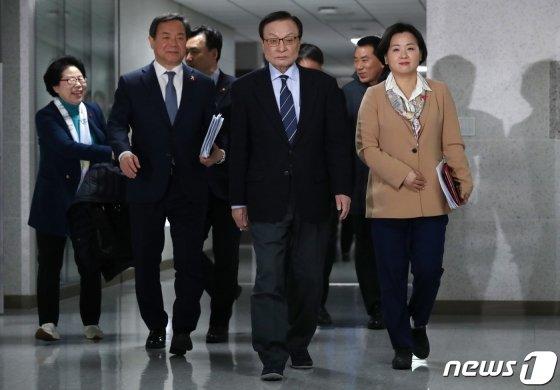 이해찬 더불어민주당 대표가 14일 오전 서울 여의도 국회 의원회관에서 열린 확대간부회의에 참석하고 있다. / 사진제공=뉴스1
