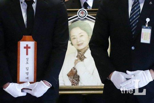 배우 故 김영애 발인이 서울 서대문구 연세 세브란스병원 장례식장에서 엄수되고 있다.
