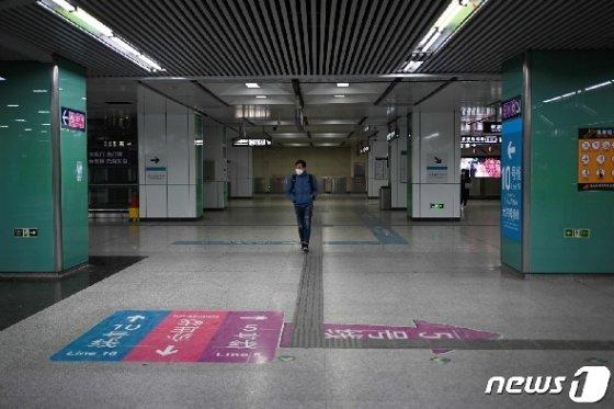 신종 코로나바이러스 감염증의 확산 속 베이징 전철역 내에 마스크를 쓴 승객이 걸어가고 있다. © AFP=뉴스1 © News1 우동명 기자