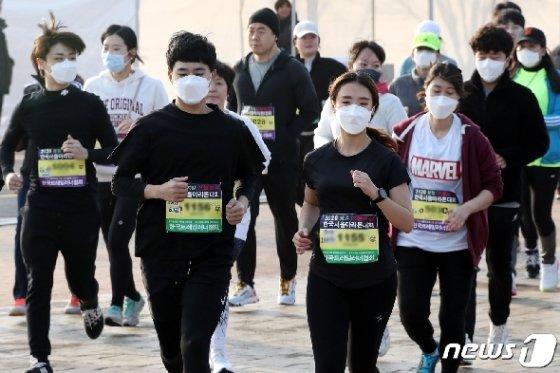 [사진] '마스크 착용하고 달려요'