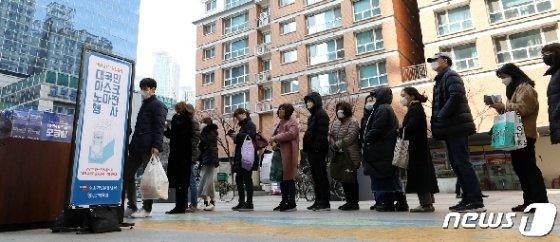 [사진] 마스크 노마진 행사 '줄을 서시오'