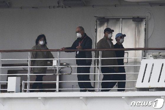 14일 신종 코로나바이러스 감염자 급증 속 요코하마항에 강제 격리된 채 정박해 있는 다이아몬드 프린세스호에서 마스크를 쓴 승객들이 보인다. © AFP=뉴스1 © News1 우동명 기자
