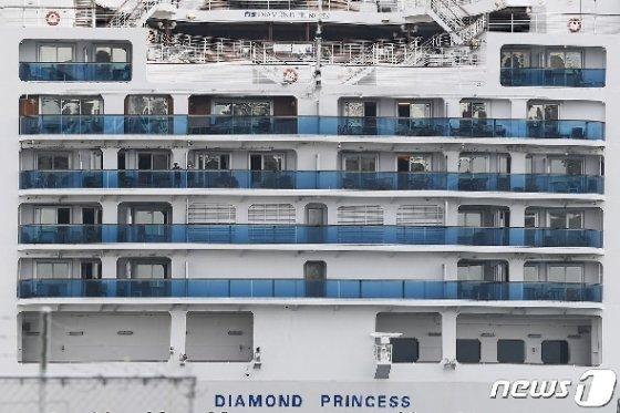 14일 신종 코로나바이러스 감염자 급증 속 요코하마항에 강제 격리된 채 정박해 있는 다이아몬드 프린세스호의 을씨년스러운 모습이 보인다. © AFP=뉴스1 © News1 우동명 기자