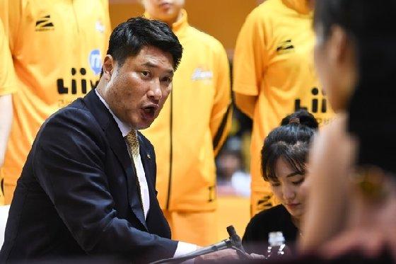 안덕수 KB스타즈 감독. 대한민국농구협회 경기력향상위원회 위원이기도 하다. /사진=WKBL 제공<br /> <br />