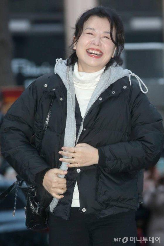 배우 장혜진이 지난 16일 오후 서울 여의도의 한 음식점에서 진행된 tvN 토일드라마 사랑의 불시착 종방연에 참석하며 미소를 짓고 있다./사진=강민석 기자