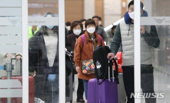 지난 16일 나고야발 비행기 등으로 도착한 승객들이 인천공항을 통해 입국하는 모습./사진=뉴시스
