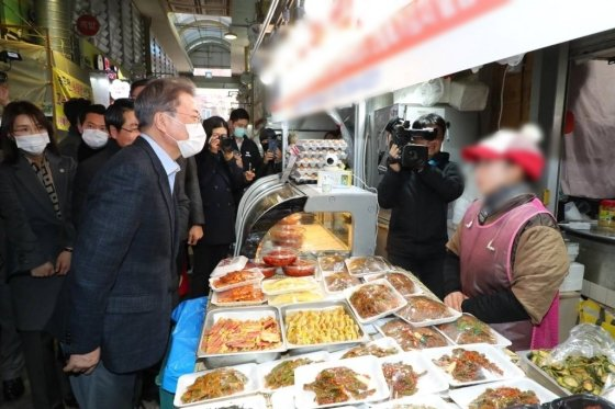 문재인 대통령이 9일 오후 충남 아산시 온양온천 전통시장을 방문해 상인들을 격려하고 있다./사진=뉴시스