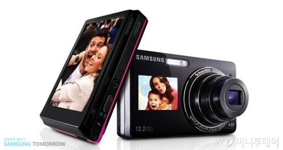 삼성전자 컴팩트디카 ST500. 앞 뒷면에 LCD화면을 장착한 첫 카메라로 셀카 열풍을 일으켰다./사진=삼성블로그