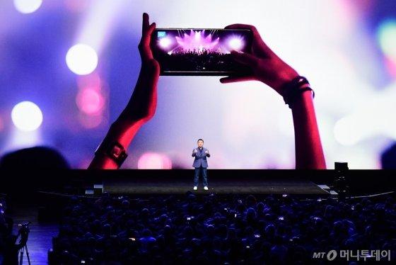 지난 11일(현지시간) 미국 샌프란시스코에서 열린 언팩행사에서 삼성전자  노태문 무선사업부장이 강력한 카메라기능을 앞세운 '갤럭시 S20 울트라'를 소개하는 있다./사진=삼성전자