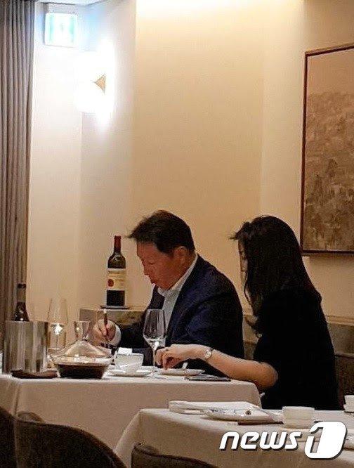 지난 7일 서울 시내 모처에서 식사를 하고 있는 최태원 회장. 이 사진은 한 시민이 김용호 전 스포츠월드 기자에 제보하며 유포되기 시작했다./사진=뉴스1