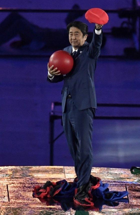 2016년 리우올림픽 폐막식에서 '슈퍼마리오'로 분장한 아베 신조 총리가 도쿄올림픽 홍보에 나섰다. /AFPBBNews=뉴스1