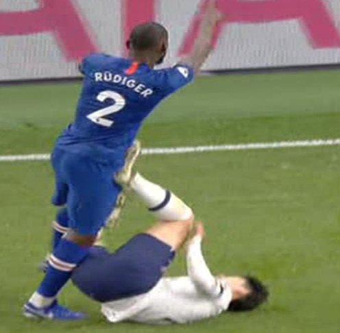 첼시 수비수 안토니오 뤼디거에게 발을 치켜드는 동작으로 퇴장당한 토트넘의 손흥민. /사진 = 토크스포츠