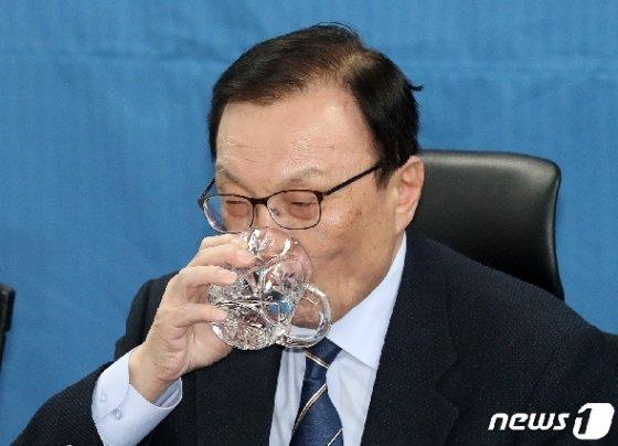 이해찬 더불어민주당 대표가 지난 14일 오전 서울 여의도 국회 의원회관에서 열린 확대간부회의에서 목을 축이고 있다.  © News1 박세연 기자