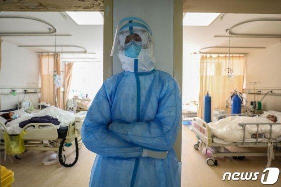 16일 (현지시간) 코로나 19 발원지인 후베이성 우한의 적십자 병원 격리병동에서 지친 의료진이 선 채로 쉬고 있다.  / 사진=뉴스1(AFP)