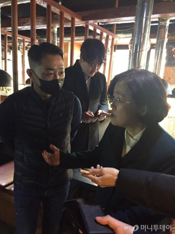 조성욱 공정거래위원장(오른쪽)이 마포갈매기 가맹본부 '디딤' 관계자와 대화를 하고 있다./사진=유선일 기자