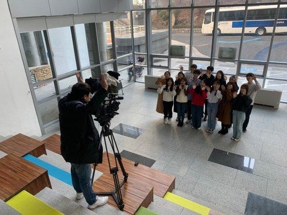 한성대 홍보대사 '하랑' 학생들이 선배 졸업생을 위한 축하 영상을 찍고 있다.