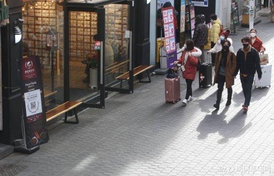 중국에서 시작된 신종 코로나바이러스 공포가 계속되고 있는 지난 1월 29일 오전 서울 중구 명동 거리가 한산한 모습을 보이고 있다./사진=강민석기자