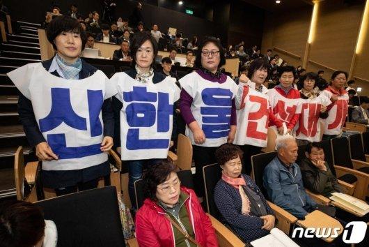 신한울 원전 3·4호기 건설을 촉구하는 울진 주민들이 19일 서울 강남구 코엑스 컨퍼런스룸에서 열린 제3차 에너지기본계획 공청회에서 원전 건설 재개를 촉구하는 옷을 입고 있다. 2019.4.19/사진=뉴스1