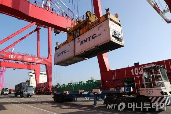 8일 오후 인천신항 컨테이너 부두에서 화물선에 선적작업이 한창 진행되고 있다. / 사진=인천=임성균 기자