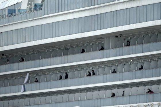 [요코하마=AP/뉴시스] 19일 일본 요코하마항에 정박 격리중인 크루즈선 다이아몬드 프린세스호에서 승객 하선이 시작된 가운데 일부 승랙들이 발코니에 나와 밖을 바라보고 있다. 이날도 양성반응 승객이 무더기로 나와 총 확진자가 621명에 달했다. 2020. 2. 19.