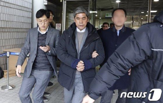 정종선 전 고교축구연맹 회장(54)이 17일 오전 서울중앙지법에서 2번째 구속 전 피의자 심문(영장실질심사)을 받은뒤 청사를 빠져나오고 있다. 2019.1.17/뉴스1 © News1 황덕현 기자