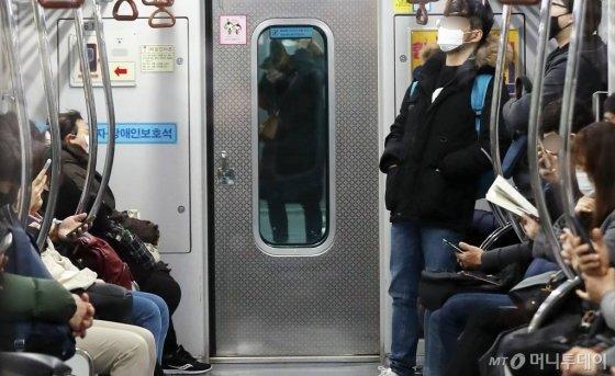 코로나19 확진자가 급증한 21일 오전 대구 중구 문양 방면 지하철 내부가 한산한 모습을 보이고 있다. / 사진=김휘선 기자 hwijpg@