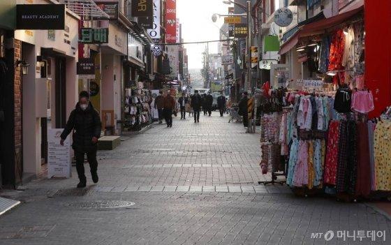 대구·경북 지역의 '코로나19' 추가 확진자가 급증한 20일 오후 대구 중구 동성로 거리 일대가 한산한 모습을 보이고 있다./사진=김휘선 기자
